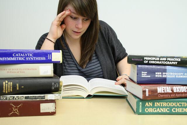 大学生は色々な文献を読む必要がある。