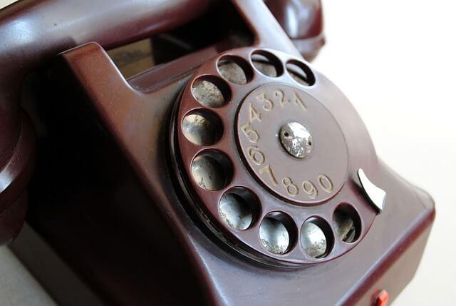 電話には真面目に答えない?