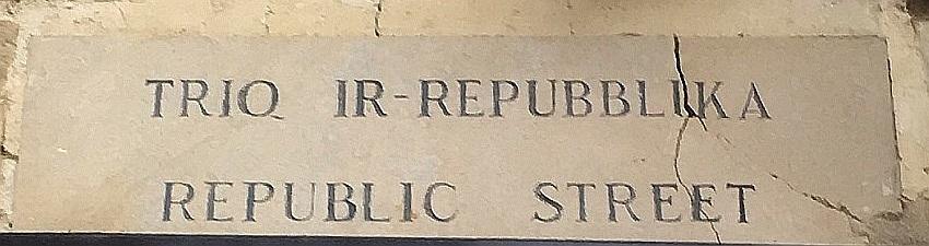 マルタの首都ヴァレッタのメインストリートである「共和国通り」の標識